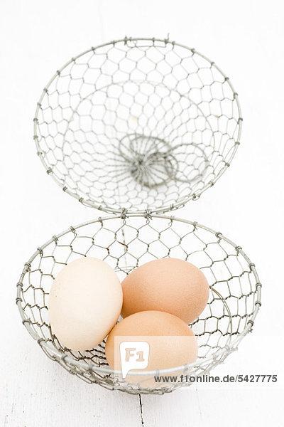 Frische Eier im Drahtkorb