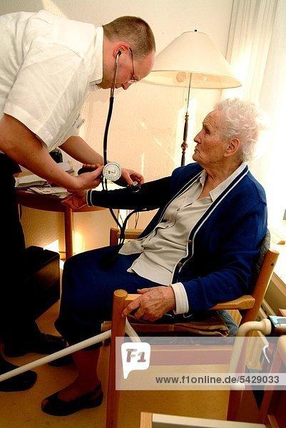 Hausbesuch des Hausarztes im Altenheim.