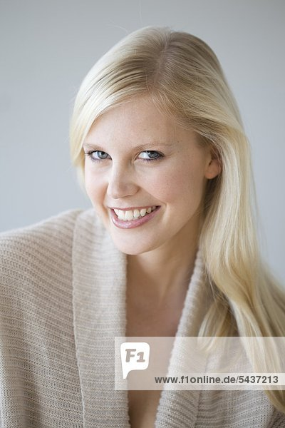 Lächelnde blonde Frau  Portrait
