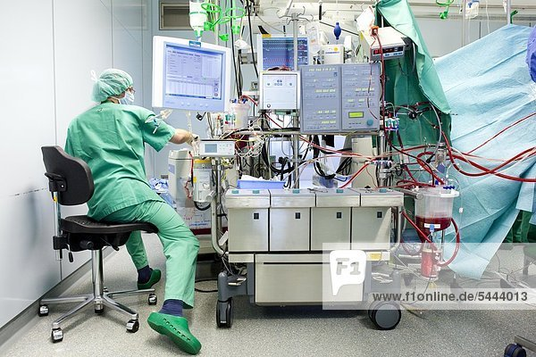 Kardiotechniker überwacht die Herz-Lungenmaschine