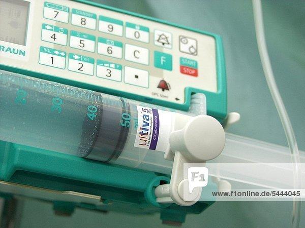 Perfusoren zum Einbringen von Flüssigkeit in den Körper mit Ultiva-Spritze auf einer Intensivstation