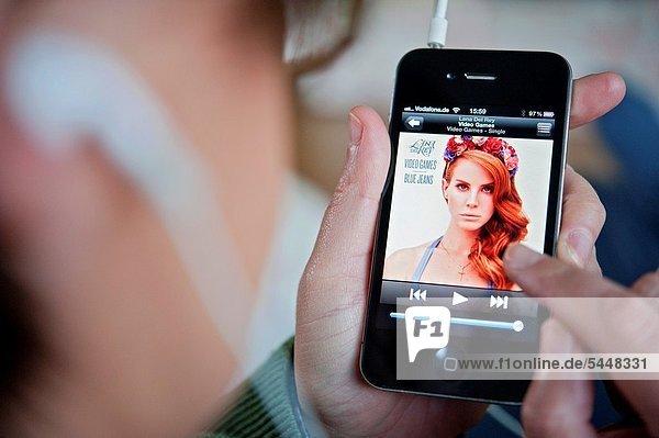 Frau  zuhören  Musik  Smartphone  Iphone  app