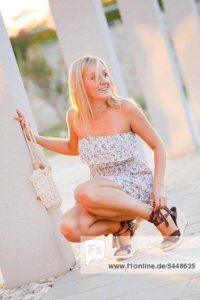 Frau  Straße  berichtigen  Sandale  jung