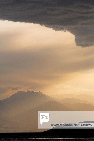 Berg  Sonnenuntergang  über  Kirgistan  Stausee