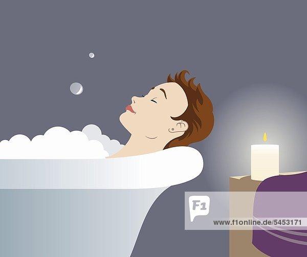 Junge Frau liegt entspannt in der Badewanne bei Kerzenlicht - mund
