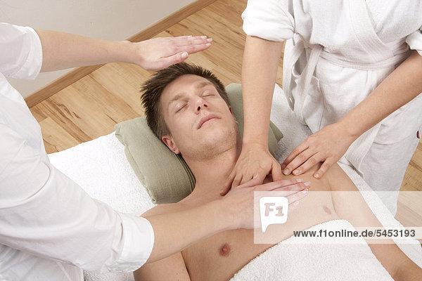 Junger Mann entspannt bei einer Massage