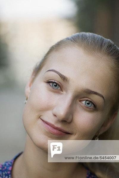 Eine junge Frau mit schönen blauen Augen  Nahaufnahme