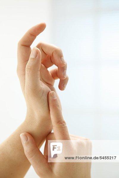 zwei gepflegte Hände vor hellem weißem Hintergrund