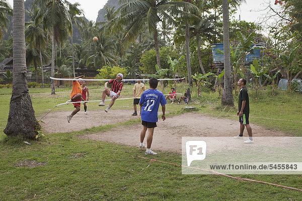 Thai Männer spielen Sepak Takraw  ein Ballspiel mit einem Rattanball  in Rayley  Provinz Krabi  Thailand  Asien