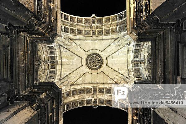 Arco Triunfal  Triumphbogen  von unten  Praca do Comercio  Lissabon  Lisboa  Portugal  Europa