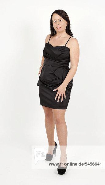 Junge Frau im schwarzen Abendkleid