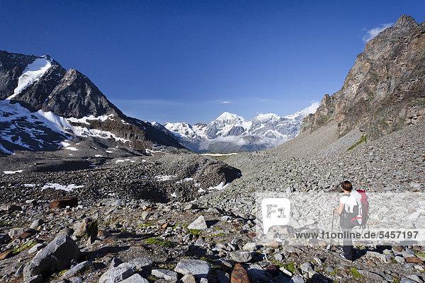Wanderin beim Aufstieg zur Tschenglser Hochwand oberhalb der Düsseldorfer Hütte in Sulden  hinten die Vertainspitze  die Königsspitze und der Zebru  Suldental  Südtirol  Italien  Europa
