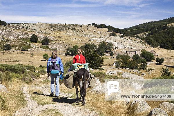 Mutter und Tochter mit Esel auf Eselswanderung in den Cevennen  Frankreich  Europa