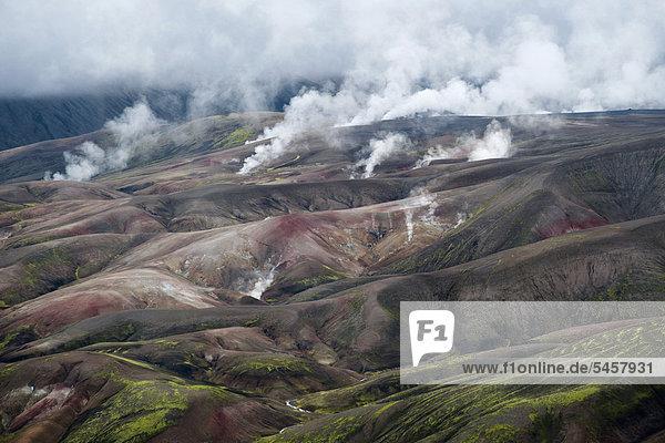 Heiße Quellen entsteigen einer bunten Vulkanlandschaft bei Reykjadalir und Hrafntinnusker  erste und zweite Tagesetappe des beliebten Wanderweges Laugavegur  Island  Europa