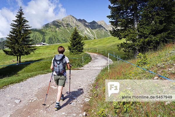 Wanderin beim Aufstieg zum Ultner Hochwart im Ultental  hier bei der Clozalm  hinten die Mandelspitze  Ulten  Südtirol  Italien  Europa