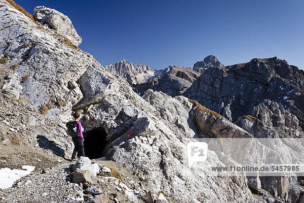 Wanderin beim Bepi Zac Klettersteig im San Pellegrino Tal oberhalb vom San Pellegrino Pass  hinten die Marmolata  Dolomiten  Trentino  Italien  Europa
