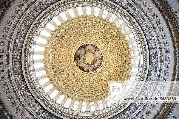 Rotunda  Rotunde der Kuppel  Fresko Apotheose von Washington  Apotheosis  geschaffen von Constantino Brumidi  United States Capitol  Kapitol  Capitol Hill  Washington DC  District of Columbia  Vereinigte Staaten von Amerika  USA