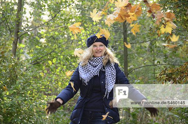 Lachende Frau bei einem Herbsgtspaziergang