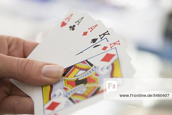 Nahaufnahme der Frau beim Kartenspielen