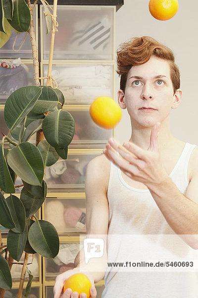 Mann  Frucht  jonglieren