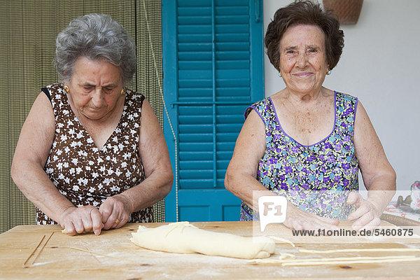 Ältere Frauen machen zusammen Pasta