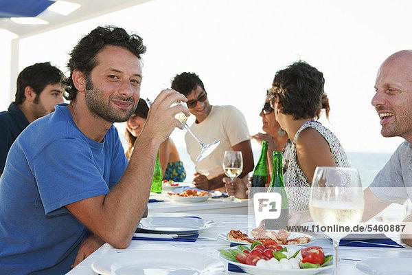 Außenaufnahme  Freundschaft  trinken  Tisch  freie Natur