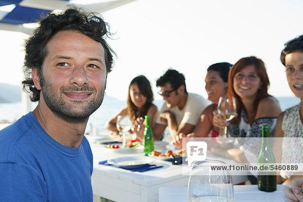 Mann  Freundschaft  lächeln  Tisch