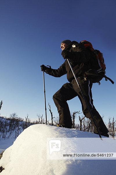 Skifahrer  gehen  Schnee