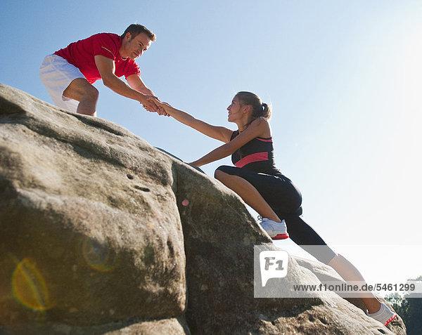 Kletterer helfen sich gegenseitig