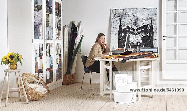 Designer sitzt am Computer im Büro