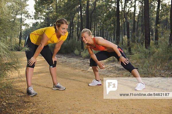 Zwei Frauen im Wald