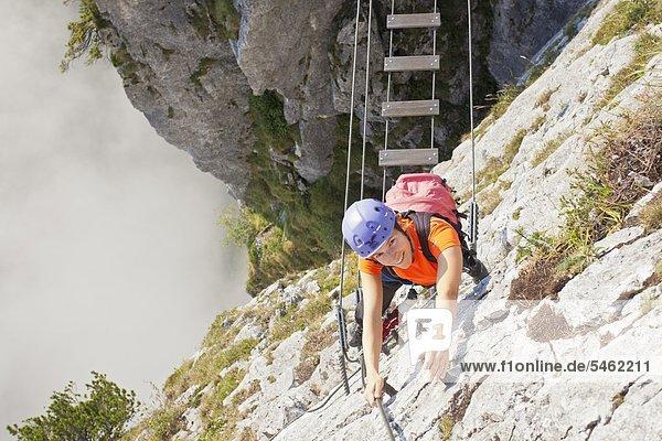 Junge Frau klettert in der Drachenwand  Salzkammergut  Österreich
