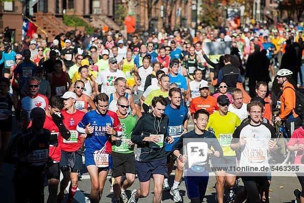 Marathonlauf  Marathon  Marathons  nahe  beobachten  Fest  festlich  jubeln  Großstadt  Markierung  Läufer  Wettbewerb  Nummer  Berg  42nd Street  Harlem  neu  Start  Sonntag