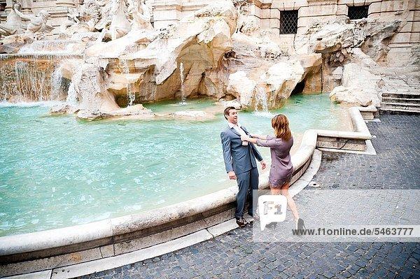 Springbrunnen  Brunnen  Fontäne  Fontänen  Frau  Mann  schieben  Zierbrunnen  Brunnen  Scherz  Trevi