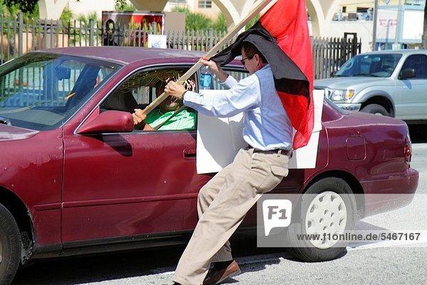Frau  Mann  Hispanier  Rebellion  Zeichen  Demonstration  Florida  Miami