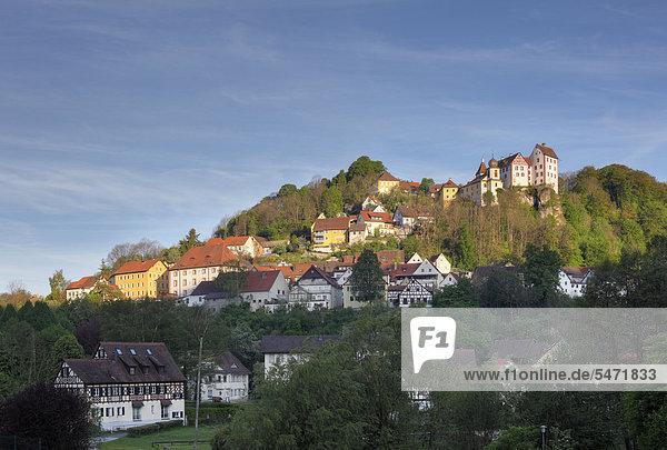 Egloffstein und Burg Egloffstein  Trubachtal  Fränkische Schweiz  Oberfranken  Franken  Bayern  Deutschland  Europa  ÖffentlicherGrund