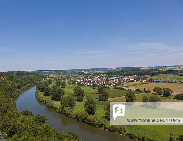 Blick auf den Neckar und das Dorf Offenau  Neckartal  Baden-Württemberg  Deutschland  Europa  ÖffentlicherGrund