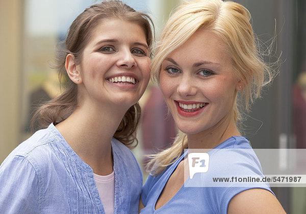 Zwei junge Frauen lachen in die Kamera