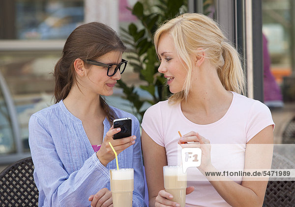 Zwei junge Frauen im Bistro