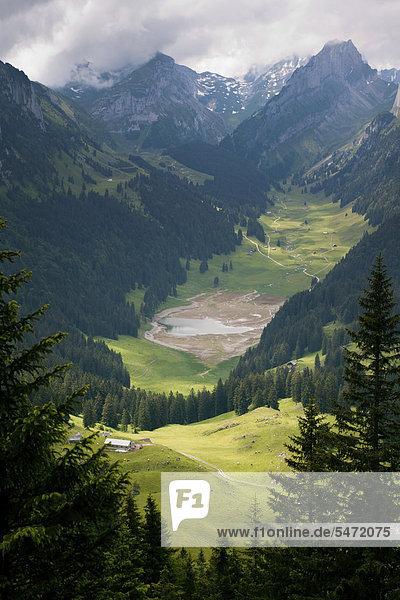 Die Alp Soll mit dahinterliegendem Sämtisersee und dem Hundstein  Brülisau  Appenzell Innerrhoden  Schweiz  Europa  ÖffentlicherGrund