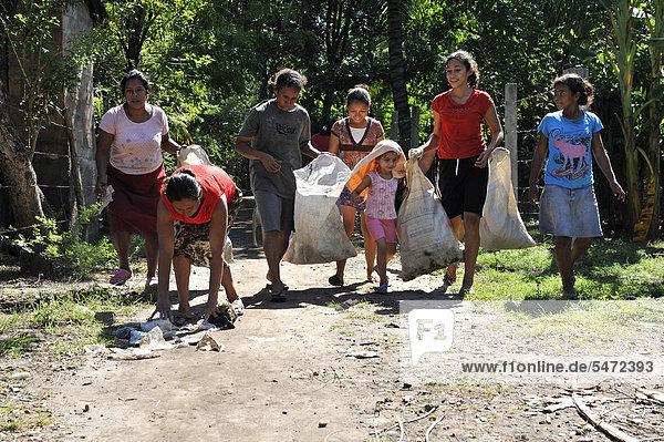 hoch oben Wasser überqueren Frau geselliges Beisammensein Unglück sauber Dorf rot Mittelamerika Organisation organisieren Flut lateinamerikanisch Intakt Kreuz El Salvador Gozo Oktober Abfall Brotaufstrich schweizerisch