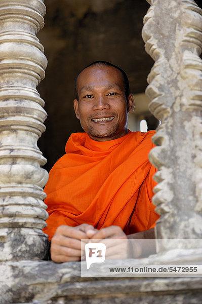 Buddhistischer Mönch im Zentrum von Angkor Wat  Kambodscha  Südostasien  Asien