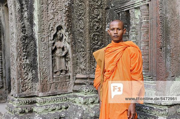 Buddhistischer Mönch im Ta Prohm Tempel  Kambodscha  Südostasien  Asien