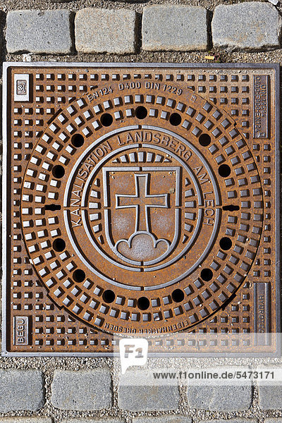 Kanaldeckel mit historischem Wappen der Stadt Landsberg  Landsberg am Lech  Bayern  Deutschland  Europa  ÖffentlicherGrund