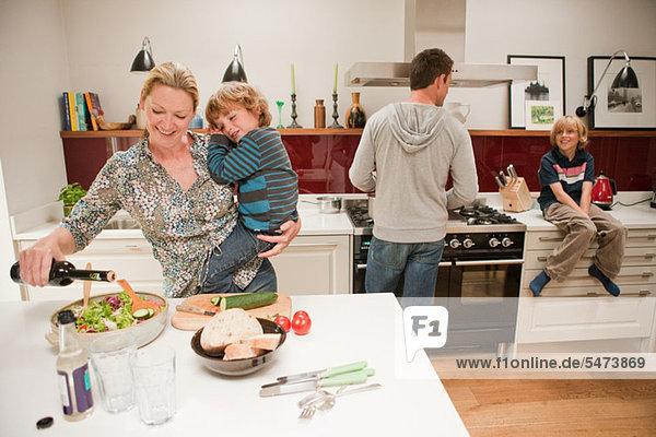 Familie beim gemeinsamen Essen zu Hause