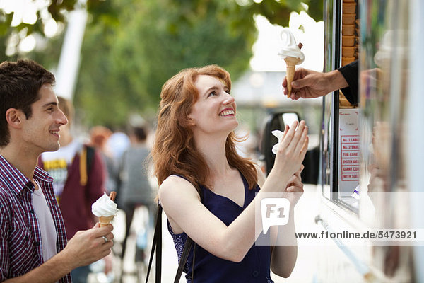 Junges Paar Kauf Icecreams von einem van