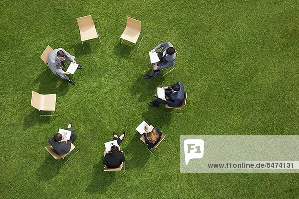 Geschäftsleute haben eine Besprechung im Freien