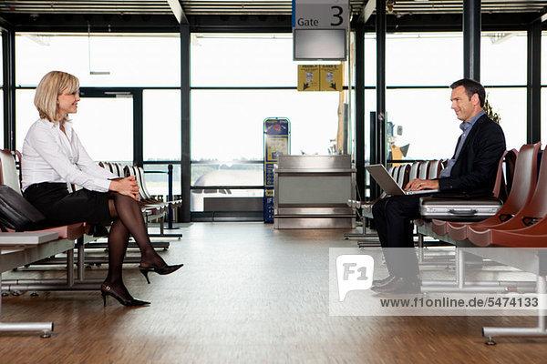 Geschäftsleute in Abflughalle des Flughafens