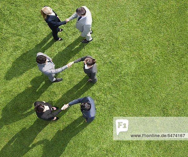 Außenaufnahme Zusammenhalt Mensch Menschen Menschliche Hand Menschliche Hände Business freie Natur schütteln