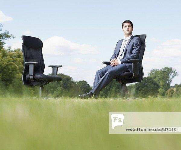Außenaufnahme sitzend Geschäftsmann Stuhl freie Natur